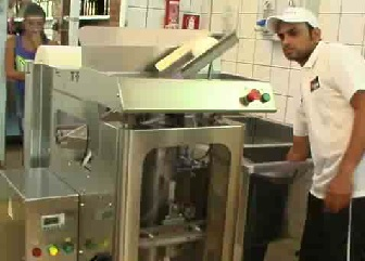 Packing machine for mozzarella and olives in liquid